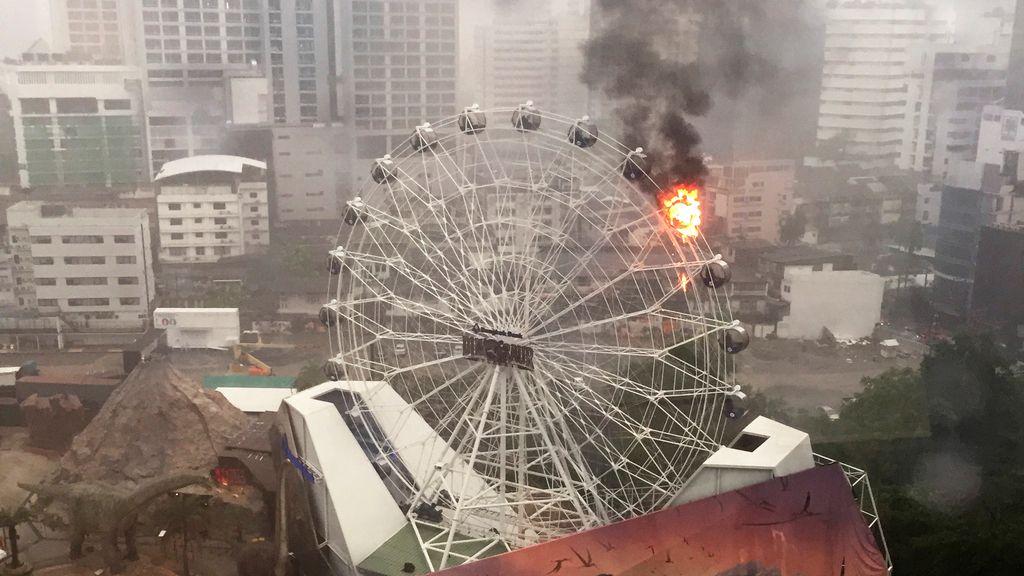 Noria incendiada en Bargkok