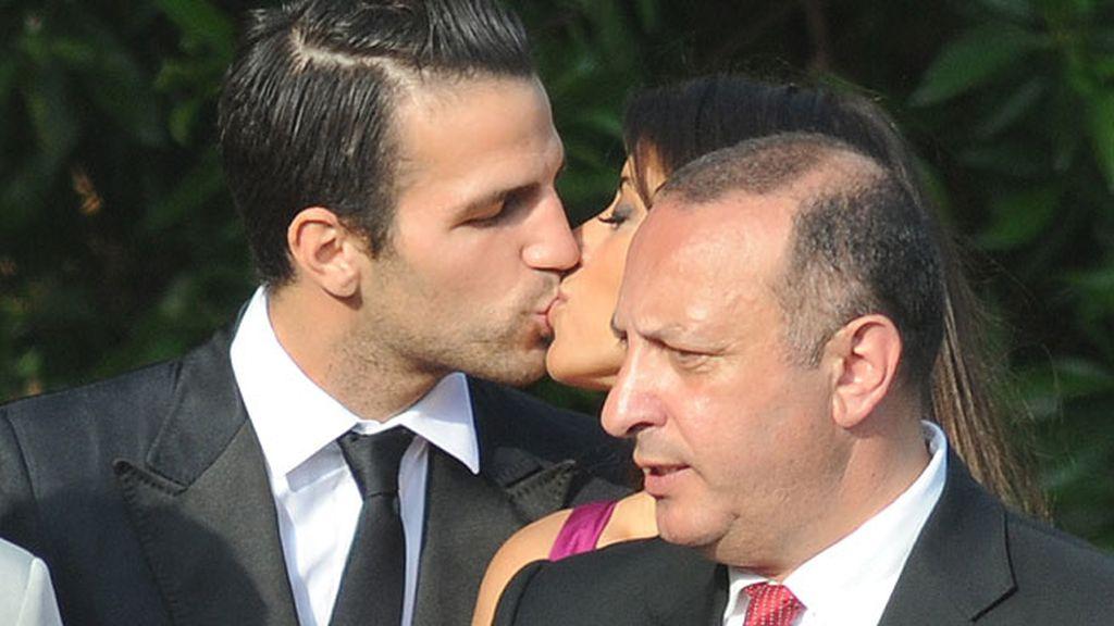Daniella Seeman y Cesc Fábregas, muy cariñosos