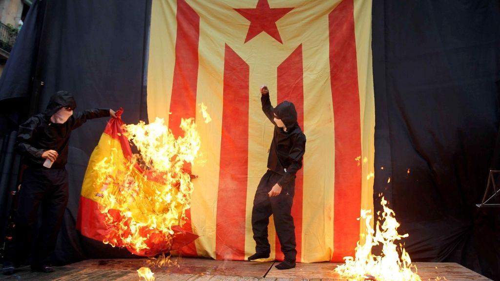 Unos encapuchados quemaron las banderas de España y Francia y una foto del Rey. EFE