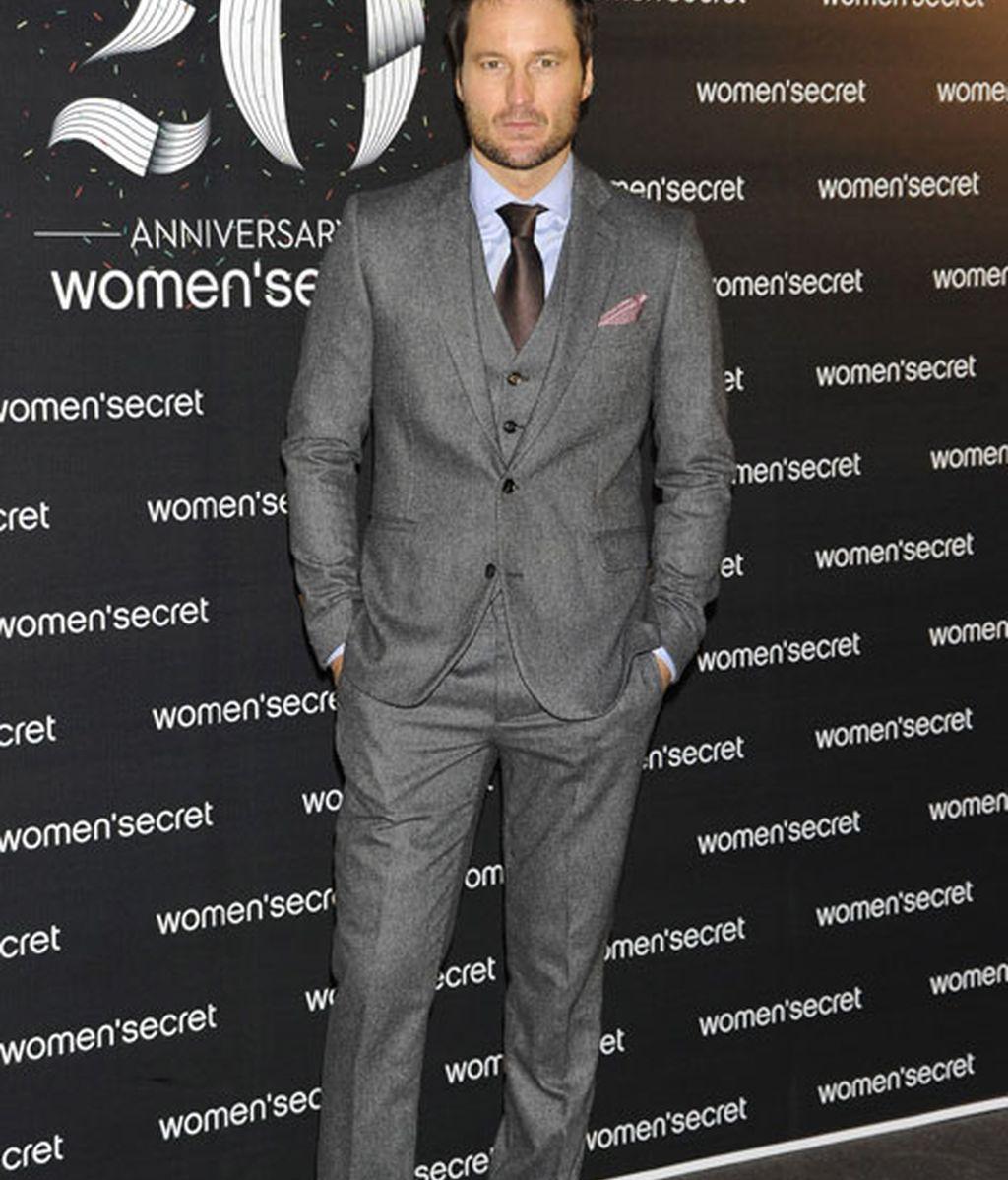 El actor Fernando Andina, muy elegante con un traje gris