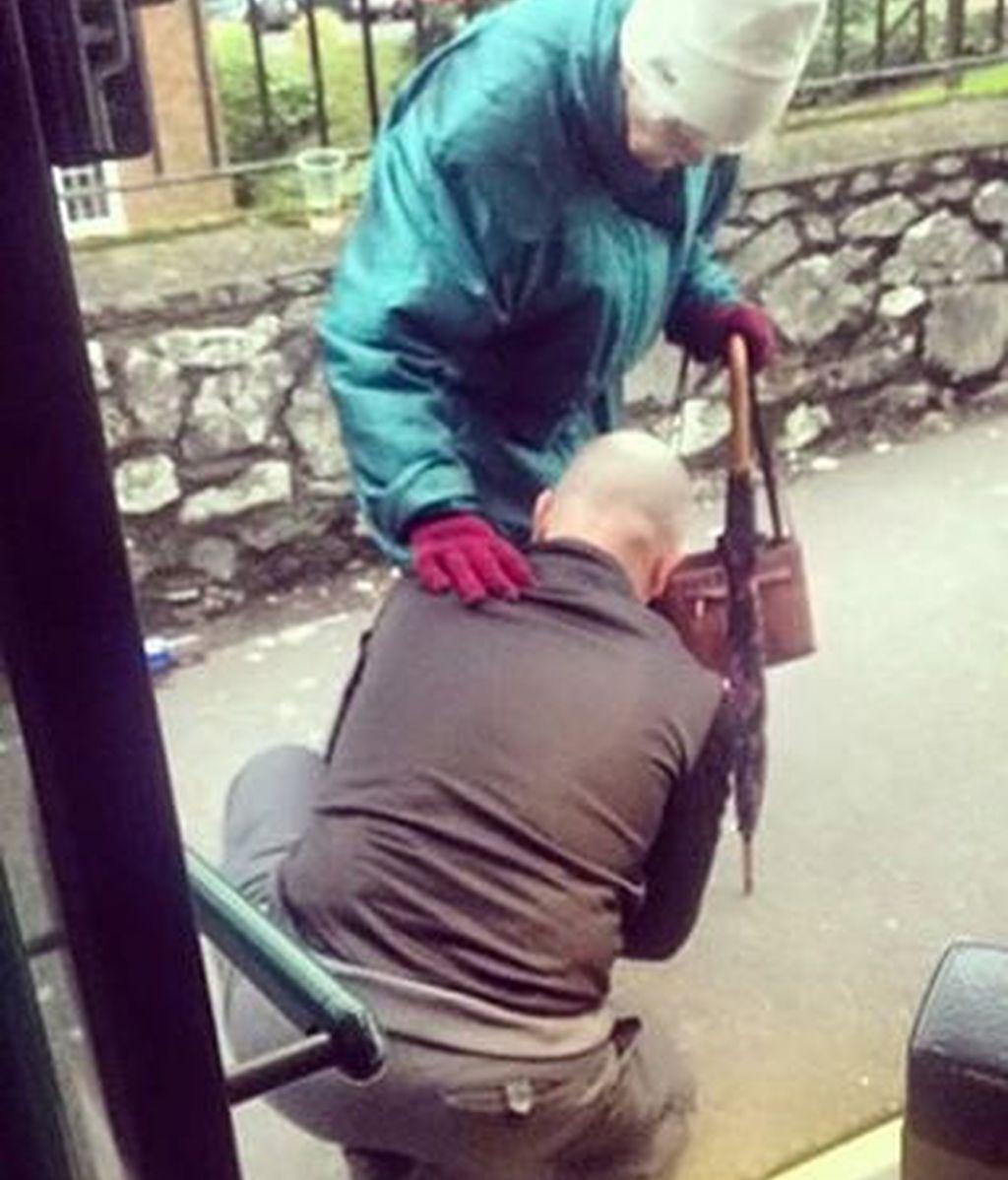 Un conductor de autobús ayuda a una anciana y se convierte en viral