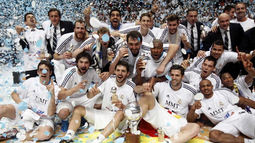 Los jugadores del Real Madrid posan con el trofeo tras vencer al Barcelona Regal en el quinto y definitivo partido de la final de la Liga ACB