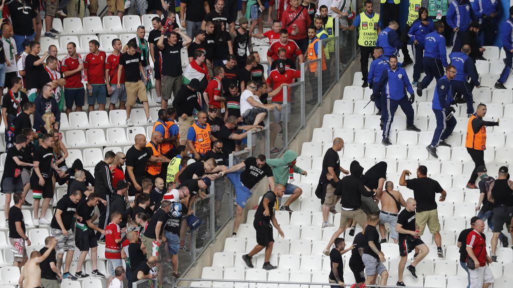 Los 'hooligans' se enfrentaron con la seguridad del estadio y la Policía francesa