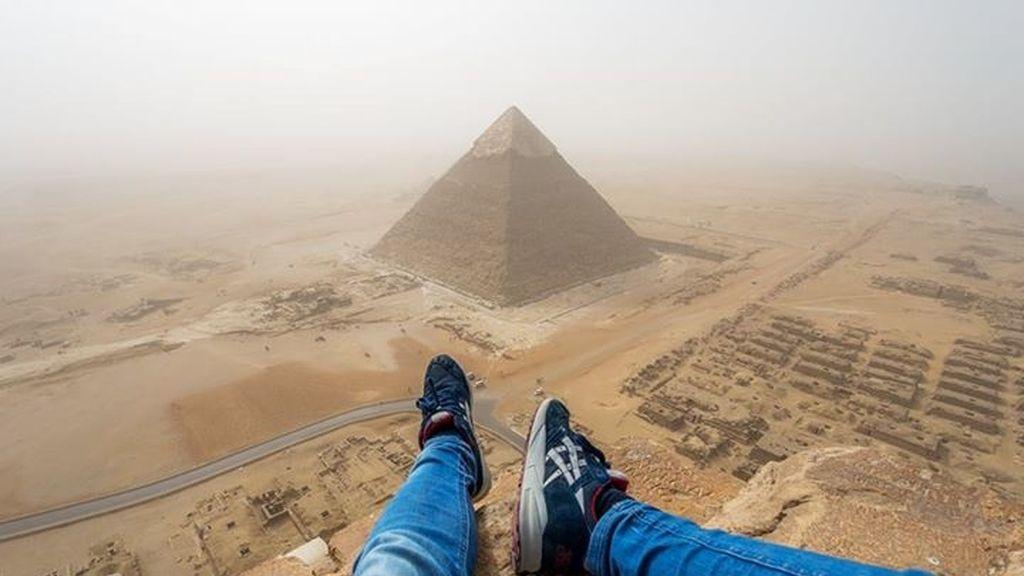 Un joven escala la Pirámide de Giza