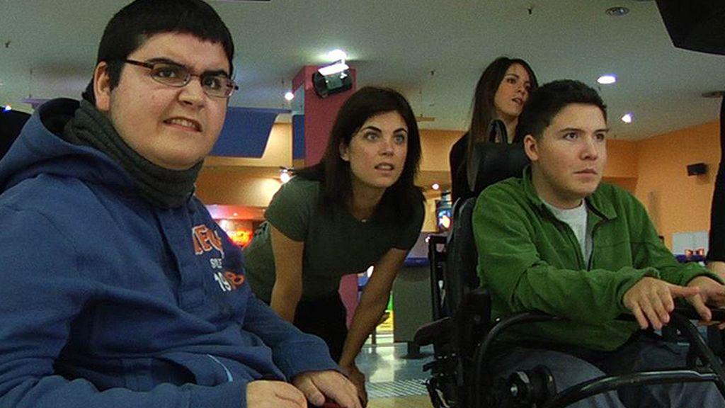Samanta Villar acompaña a dos jóvenes dependientes