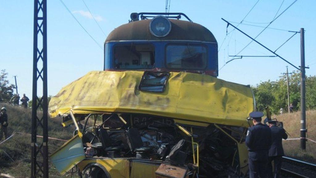 Al menos 43 muertos en un choque entre un autobús y un locomotora en Ucrania