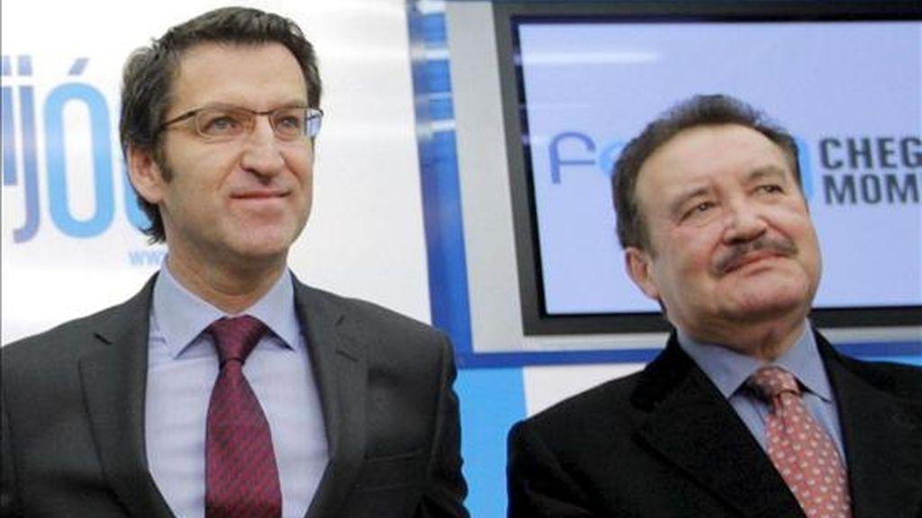 El presidente del PP de Galicia y candidato por Pontevedra, Alberto Núñez Feijóo (c), acompañado por el hasta ahora cabeza de lista para los comicios autonómicos gallegos del 1 de marzo por Ourense, Luis Carrera. EFE/Archivo