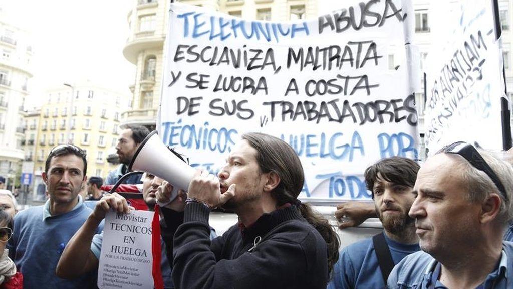 Pablo Iglesias, junto a los trabajadores subcontratados por Telefónica