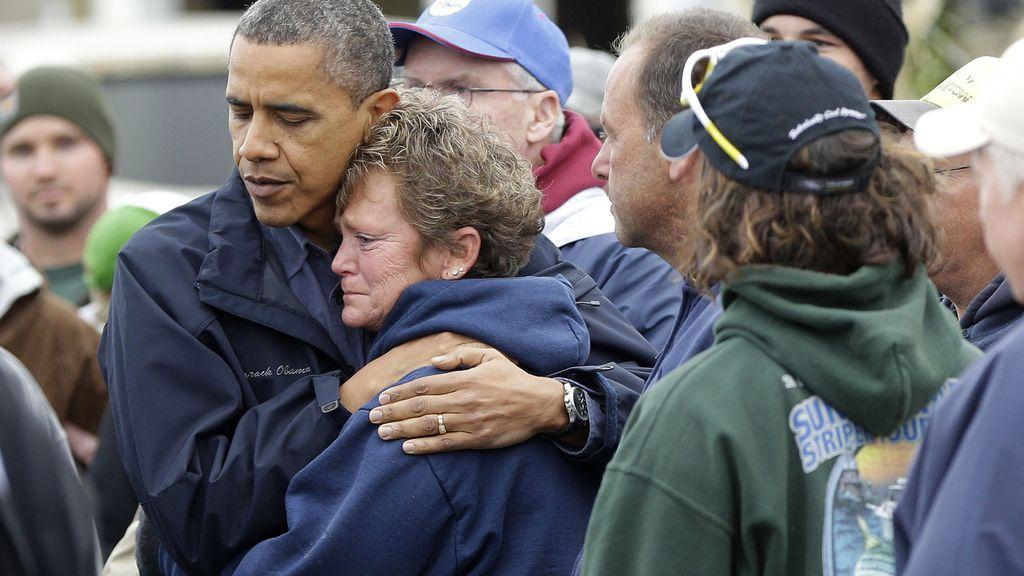 Obama consuela a una de las afectadas por el paso del huracán Sandy