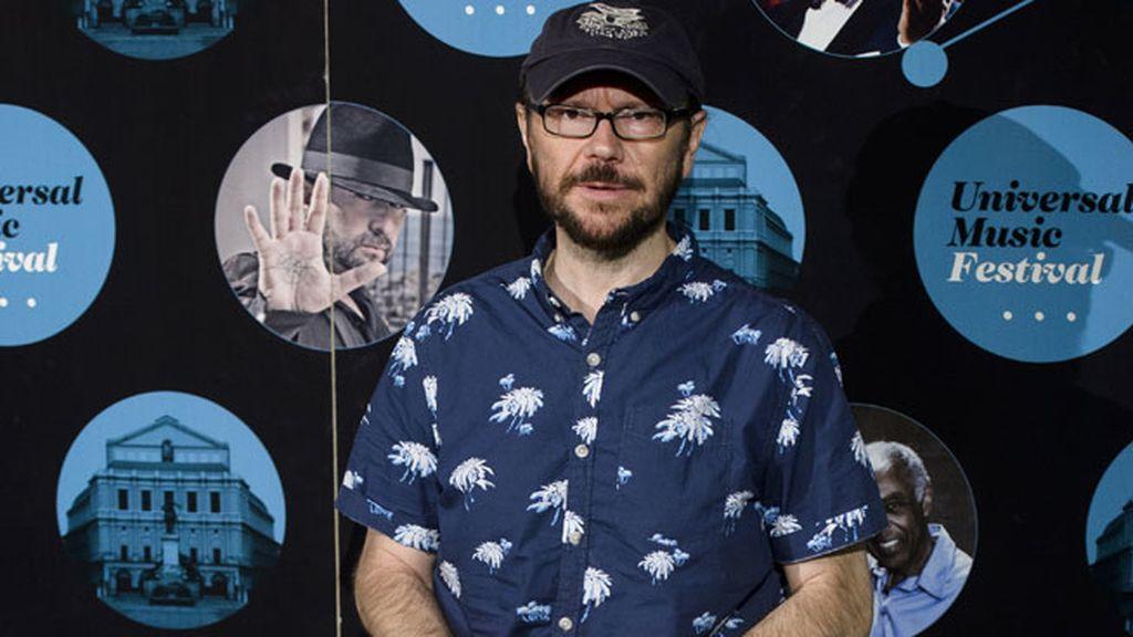 Santiago Segura posó en el photocall con gorra y camisa veraniega