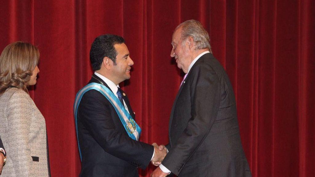 El rey Juan Carlos felicita al nuevo presidente de Guatemala, Jimmy Morales