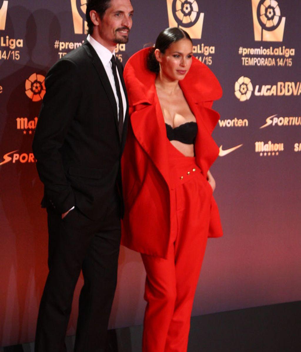 Felipe López y Mireia Canalda de rojo con escotazo 'todo-bra'