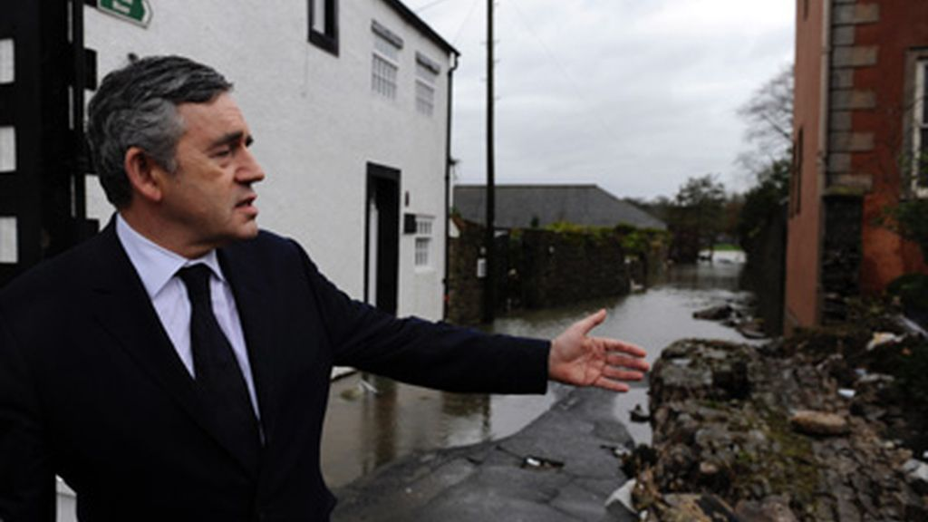 Gordon Brown visita la localidad de Cumbria