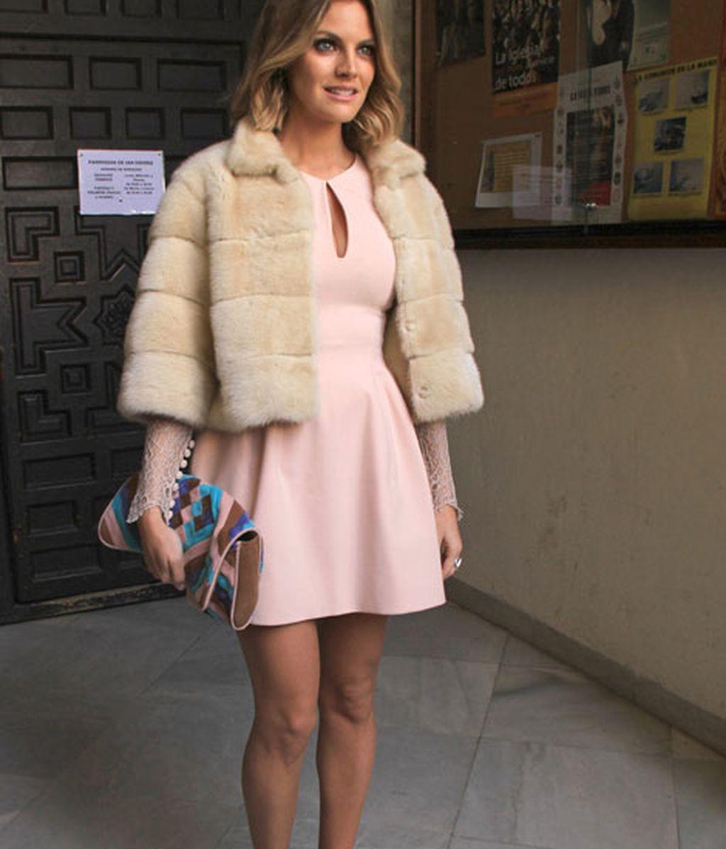 Amaia Salamanca lució un vestido rosa y nuevo corte de pelo