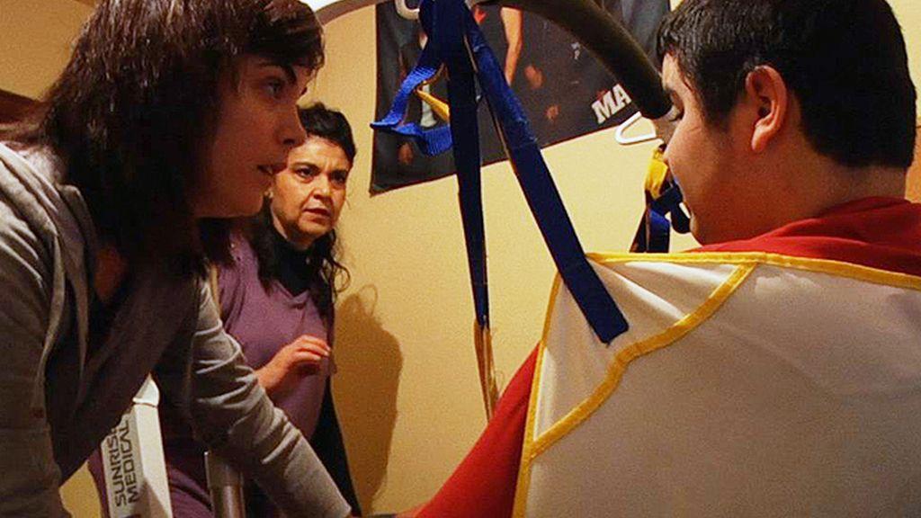 Samanta Villar ayuda a mover a un chico dependiente