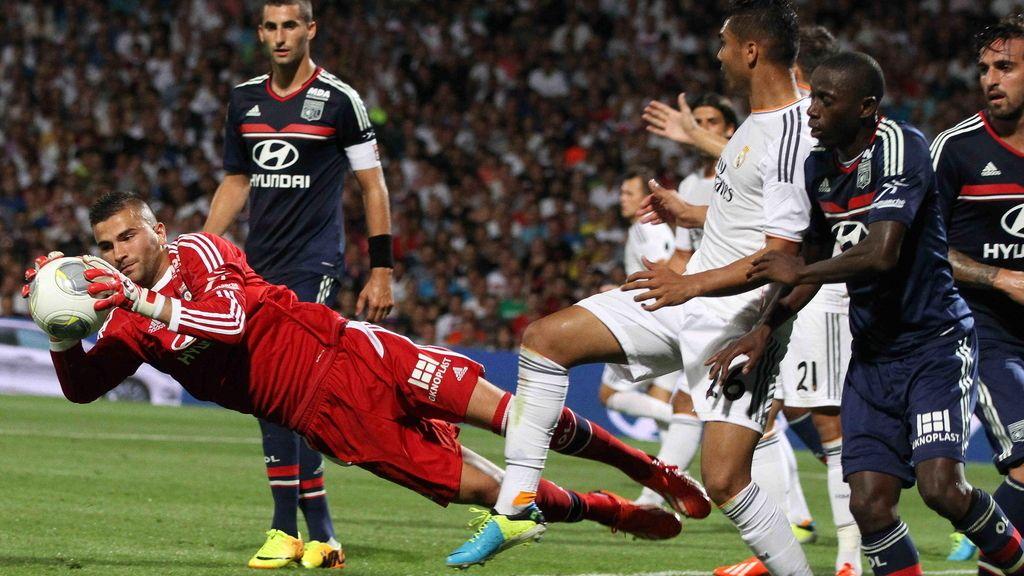 El guardameta del Olympique Lyonnais Anthony Lopes (i) ataja un balón ante el Real Madrid
