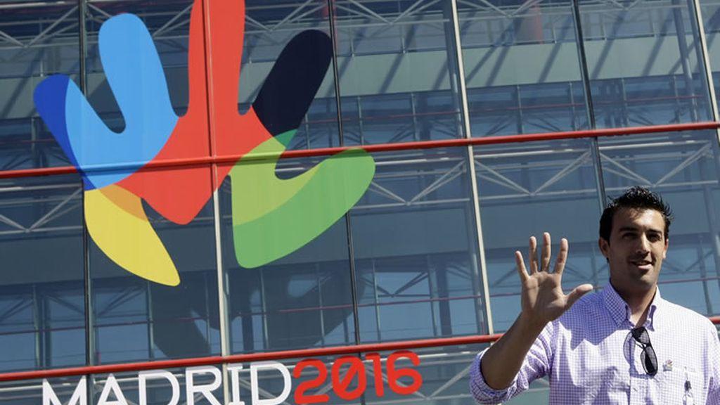 Jose Luís Abajo, el esgrimidor español, posa junto al logo de Madrid 2016