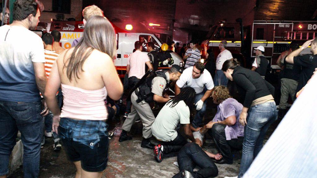 Los servicios de emergencia antendiendo a los heridos