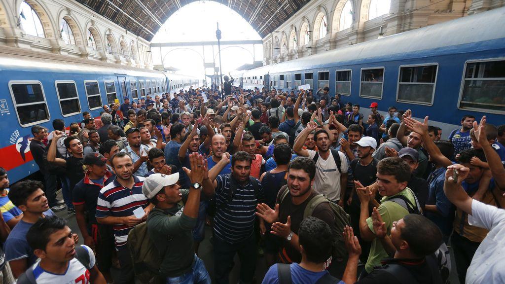Hungría cierra la principal estación de tren de Budapest y deja varados a los refugiados