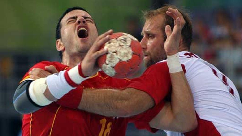 Momento del reñido partido entre la selección española de balonmano y la polaca en Pekín. Los de casa consiguieron su primera victoria  30-29.