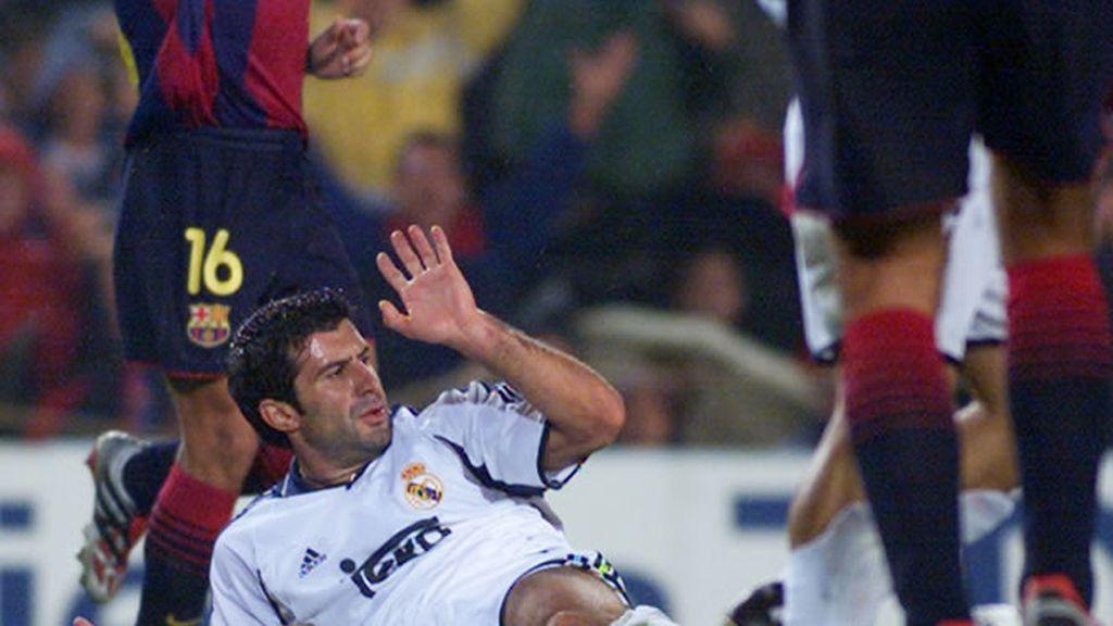 En 2001, Figo, ya jugador del Real Madrid, cae al suelo durante el partido