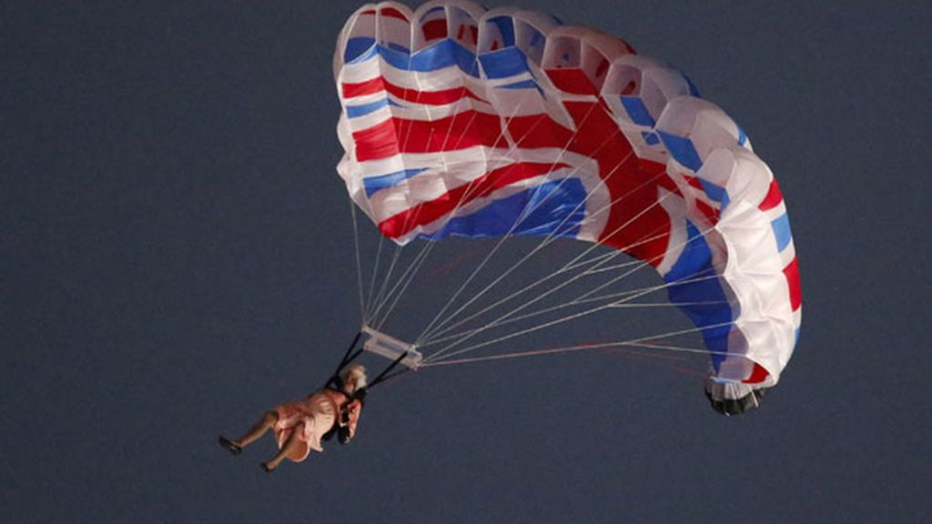 Imagen del aterrizaje en el Estadio Olímpico de la doble de la Reina Isabel II desde el helicóptero