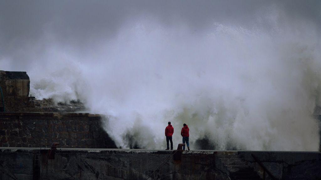 La fuerza del oleaje y el intenso viento causan numerosos daños en el País Vasco