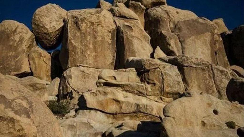Niña entre piedras