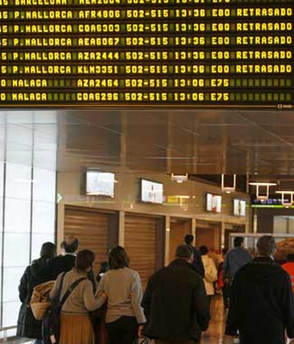 El aeropuerto de Barajas mantiene su racha de retrasos y caos en el 2009, ante la falta de controladores. Vídeo: ATLAS