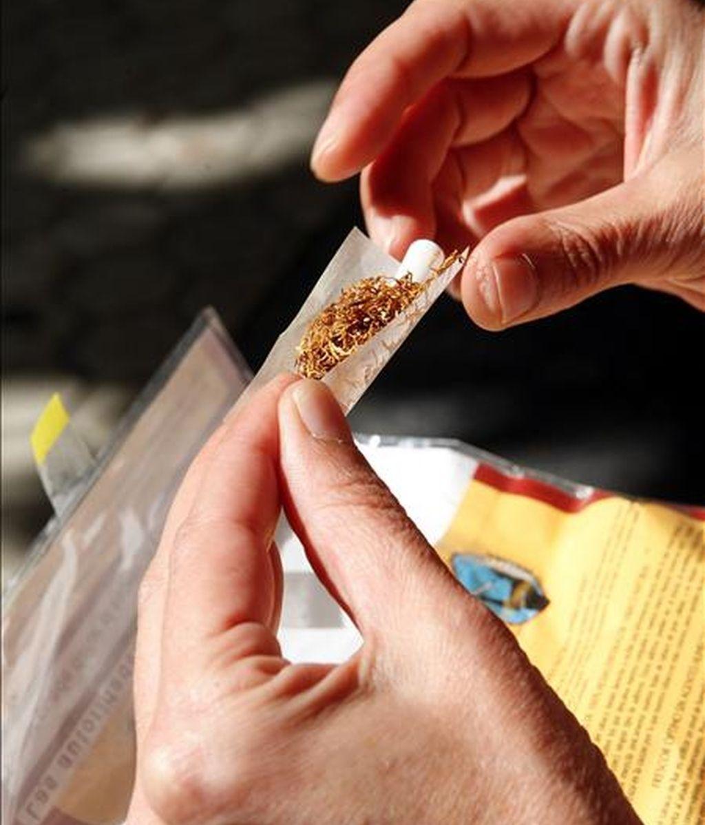 Las ventas de tabaco de liar han experimentado en España un espectacular aumento de más del 60 por ciento en los últimos ocho meses, tendencia que unos consumidores explican por su precio más barato que las cajetillas, mientras que otros argumentan que algunas marcas sin aditivos son menos nocivas que los cigarrillos. En la imagen, una mujer lía un cigarro. EFE/Javier Etxezarreta