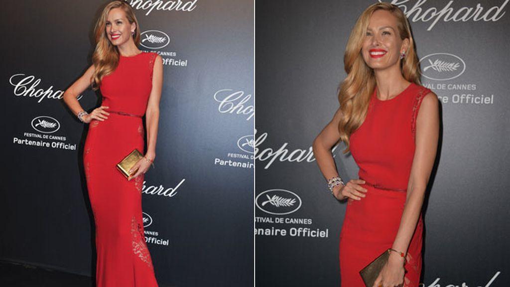 Petra Nemcova eligió un largo rojo que acompañó con su gloss