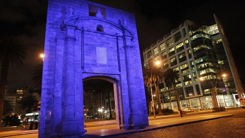 La Puerta de la Ciudadela iluminada de azul (Uruguay)