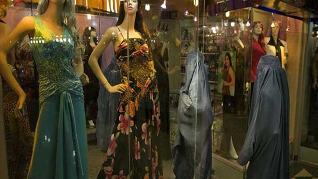 Mujeres entran en una tienda de ropa