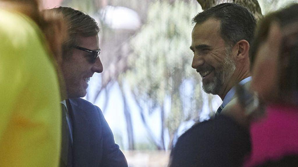 El rey Felipe estuvo sonriente con su primo Gómez Acebo