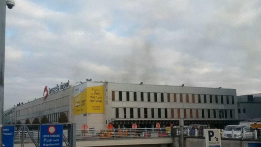 Columna de humo provocada por las explosiones en el aeropuerto de Bruselas