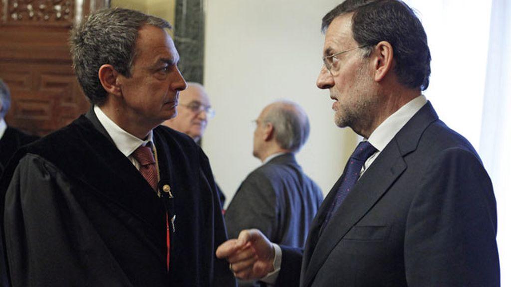 El jefe del Ejecutivo, Mariano Rajoy, conversa con José Luis Rodríguez Zapatero