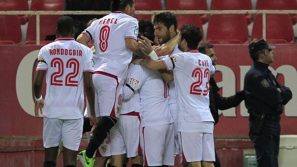 Los jugadores del Sevilla celebran el primer gol ante el Athletic de Bilbao, durante el partido de Liga que están disputando esta noche en el estadio Sánchez Pizjuán, en Sevilla.