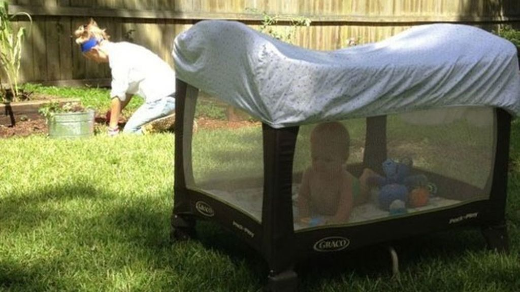 11. Si tienes que realizar alguna actividad en el jardín, utiliza una sábana bajera para tapar su parque de juegos. Evitarás que se queme con el Sol y que le piquen los mosquitos. ¡Pero vigila constantemente que el niño esté bien hidratado y que no haga demasiado calor!