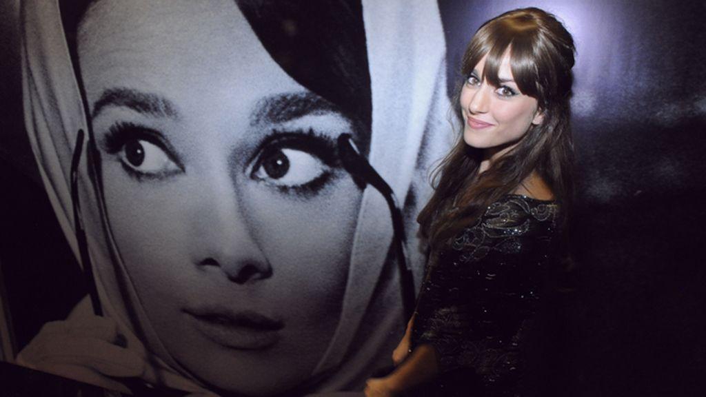 Silvia Alonso posó junto a la foto de un gran icono: Audrey Hepburn