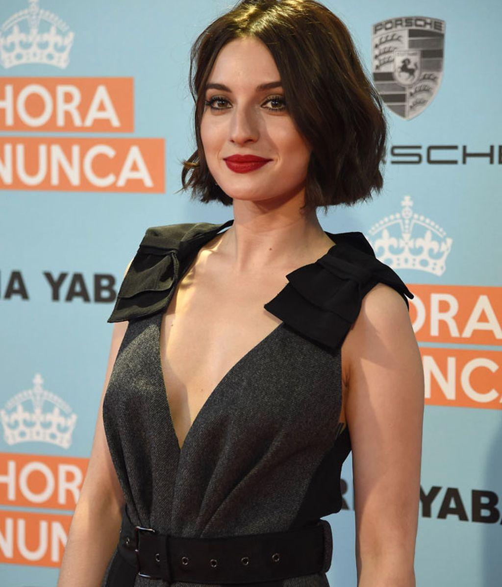 María Valverde optó por un vestido oscuro sin mangas y escote