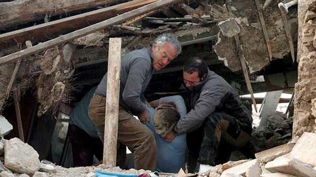 Aún quedan víctimas atrapadas bajo los escombros