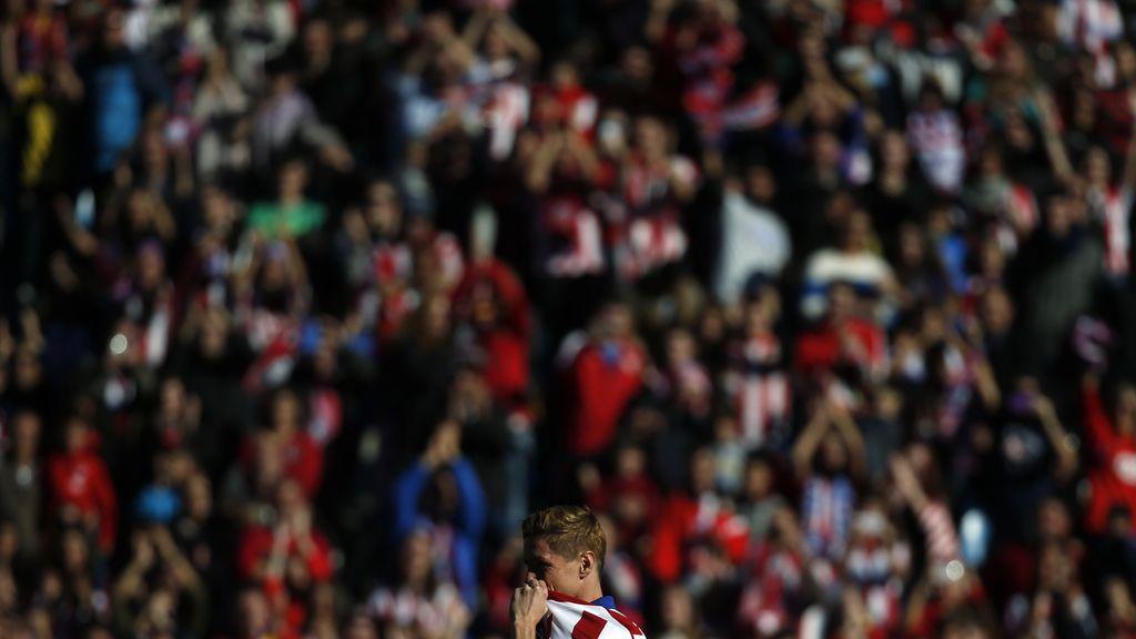 Locura rojiblanca en el Vicente Calderón para la presentación oficial del 'Niño'