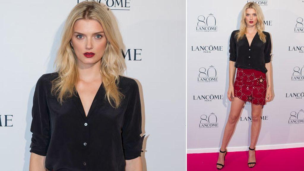 Lily Donaldson optó por dos piezas: falda de tachuelas y camisa negra
