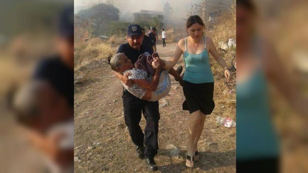 Un policía mexicano salva a una anciana de 90 años de un incendio
