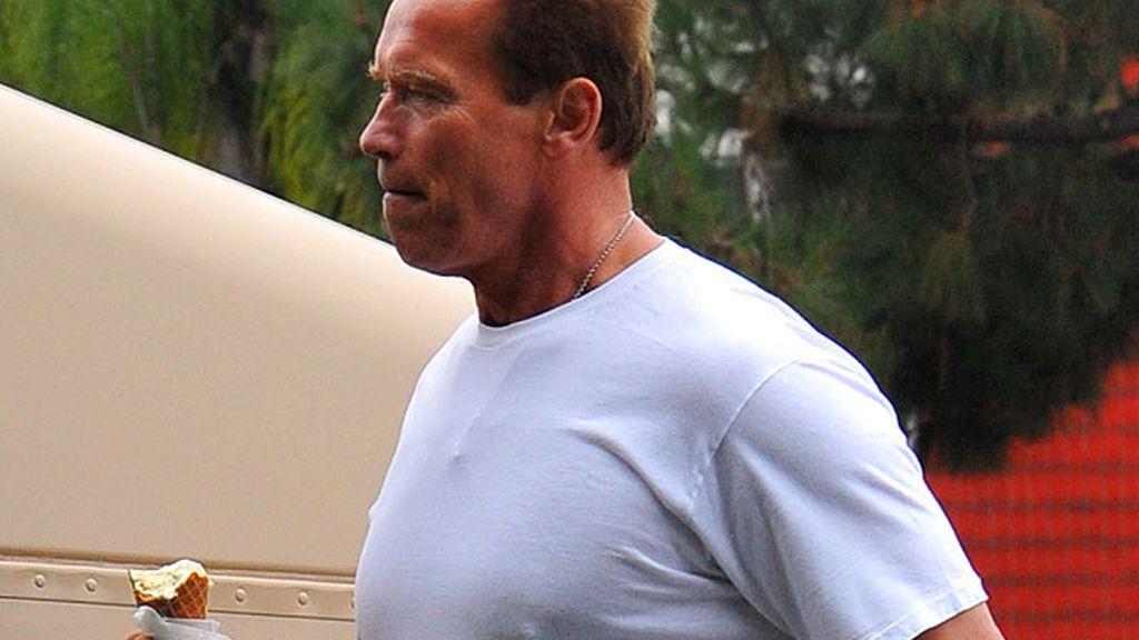 Arnold Schwarzenegger y su mini helado