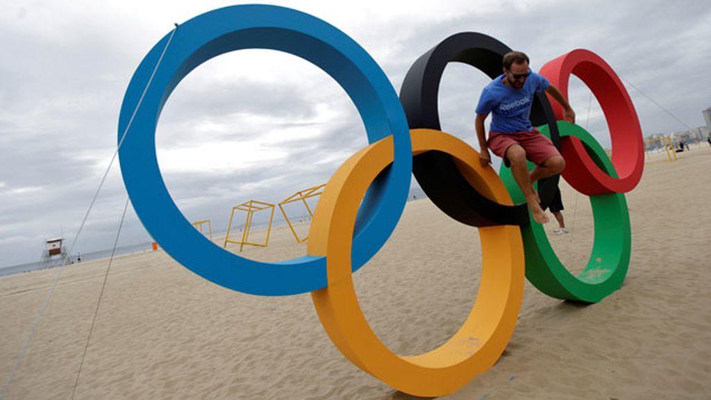 Turista con el símbolo de los JJOO de Río
