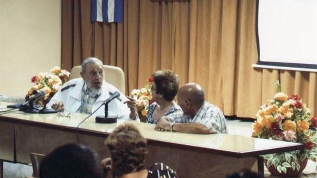 Fidel Castro reaparece en público en un intercambio con maestros queseros
