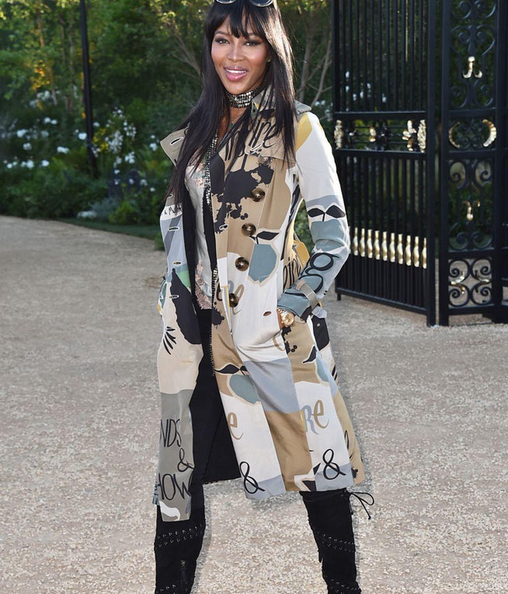 Naomi Campbell con abrigo estampado