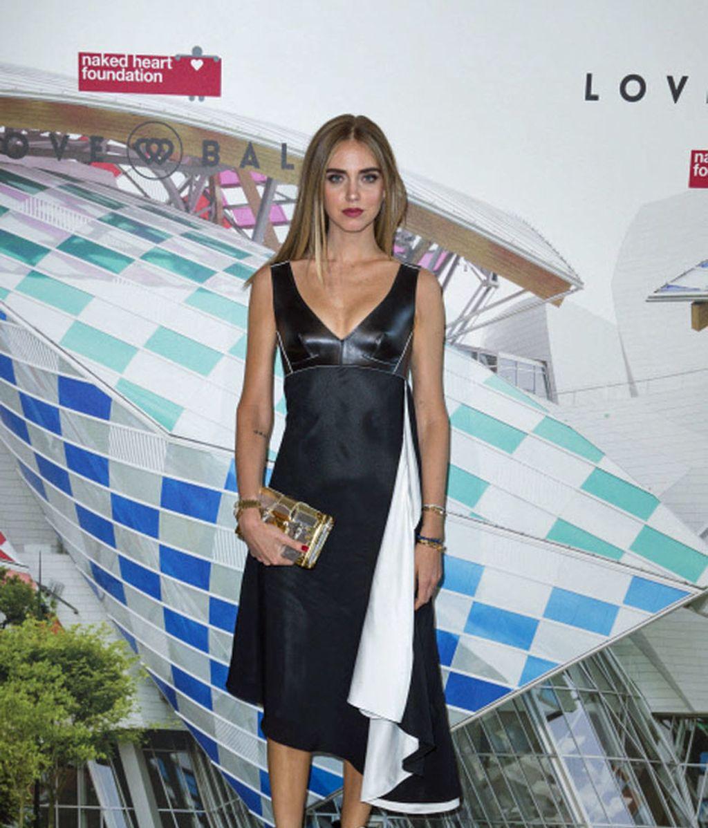 Chiara Ferragni eligió un vestido negro con abertura blanca y un clutch dorado