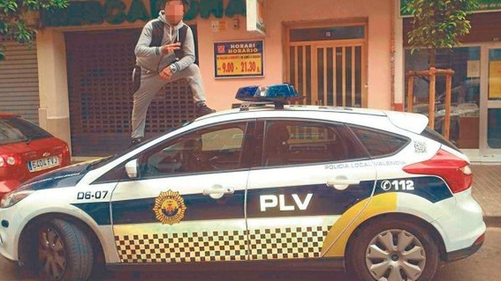Buscan a un joven en Valencia por insultar a la policía y publicar una polémica foto